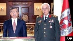 Թուրքիայի պաշտպանության նախարար Իսմեթ Յըլմազ և գլխավոր շտաբի պետ Ըշըք Քոշաներ