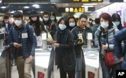 在台北一捷运站里戴着口罩的台湾民众。(2020年1月28日)