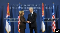 US Secretary of State Hillary Rodham Clinton (l) and Serbian President Boris Tadic shake hands after their meeting in Belgrade, 12 Oct 2010
