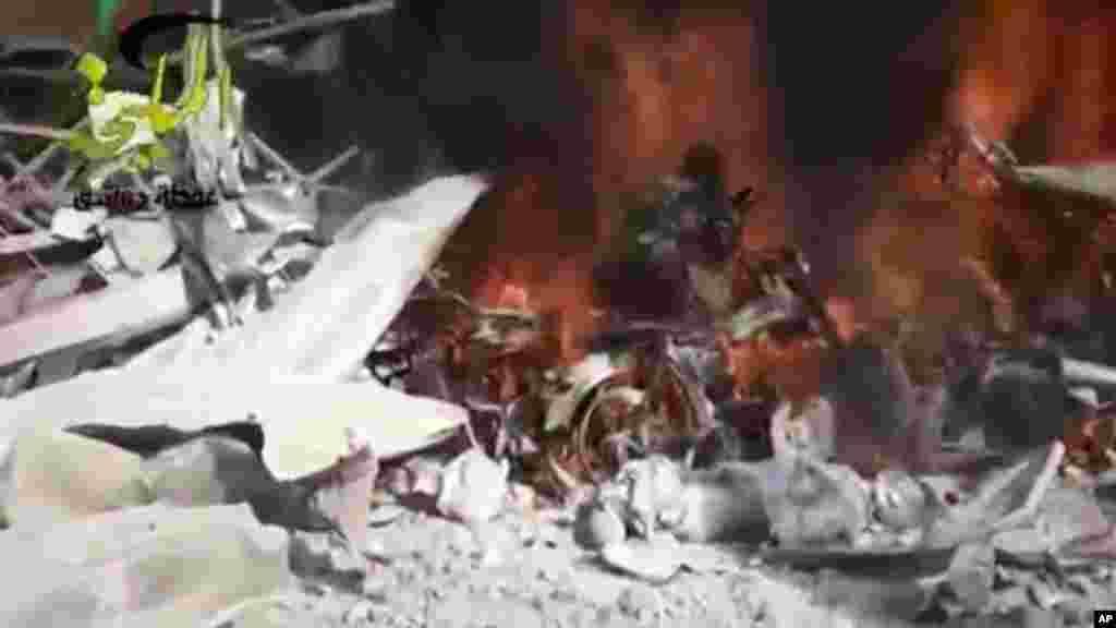 Lửa cháy tại hiện trường sau một cuộc không kích của chính phủ Syria vào một trạm xăng ở ngoại ô Damascus, ngày 2/1/2013.