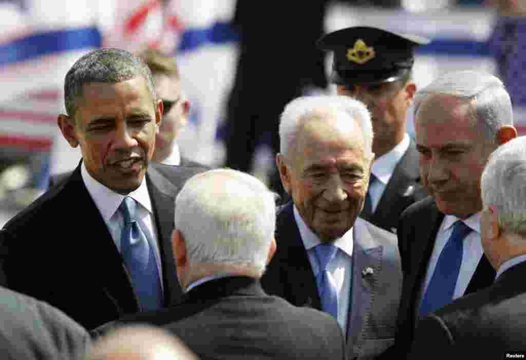 바락 오바마 미국 대통령(왼쪽) 20일 중동순방의 첫 방문국인 이스라엘에 도착한 가운데, 시몬 페레스 이스라엘 대통령(가운데)과 베냐민 네타냐후 이스라엘 총리(오른쪽)를 비롯한 이스라엘 관료들의 환영 인사를 받고 있다.
