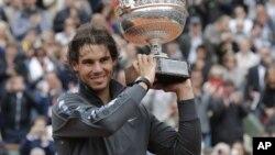 Rafael Nadal dengan trophy Perancis Terbuka (foto: dok). Nadal menjadi favorit meraih gelarnya yang ke-9 di Rolland Garros tahun ini.