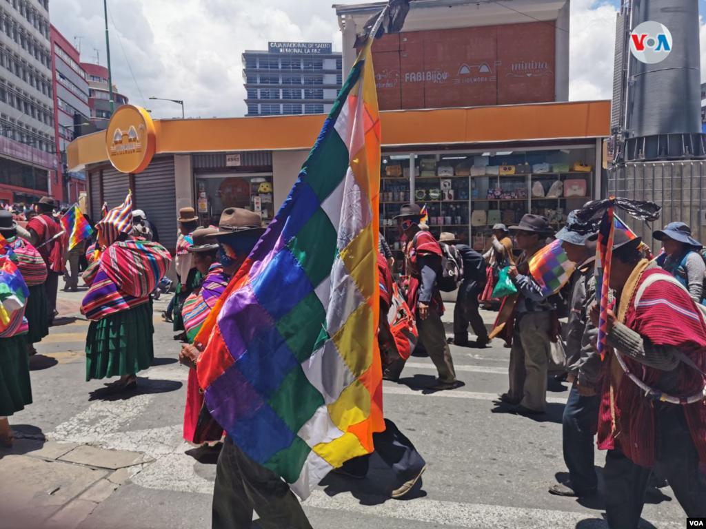 Un sector de la población paceña de diferentes mercados llegan al centro de la capital boliviana para pedir paz.