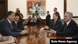Predsednik Srbije Tomislav Nikolić (D) i predsednik Republike Srpske Milorad Dodik razgovaraju tokom današnjeg susreta u Beogradu