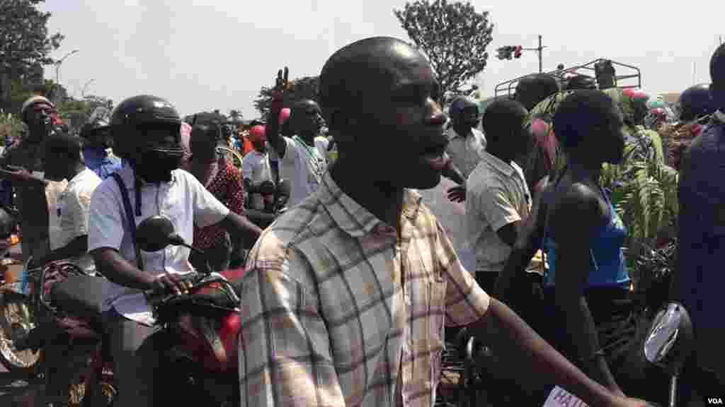 Une manifestation des partisans de Kizza Besigye dispersée par la police à Kampala, Ouganda, 15 février 2016.