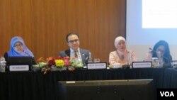 Dari kiri, Komisioner Komnas Perempuan Indraswari, anggota DPR Tantowi Yahya, Komisioner Komnas HAM Roichatul Aswidah, dan anggota DPR Eva Kusuma Sundari dalam diskusi yang diselenggarakan oleh Komite Kerja Sama Antar Parlemen di gedung DPR, Kamis (26/5).