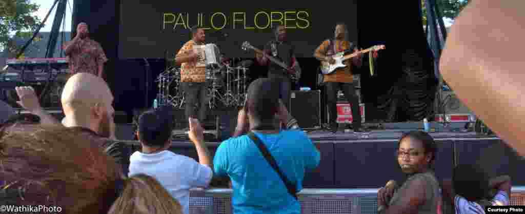 Em palco, Paulo Flores e a sua banda dando Angola ao público de Nova Iorque, que veio ao Summerstage no Central Park