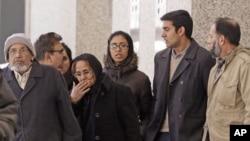 17일 법정을 떠나는 미국인 테러 피의자 나하우르 라나의 가족.