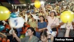 광복 60주년인 지난 2005년 8월15일 서울 장충체육관에서 체육오락경기에 참가한 북측대표단이 한반도기와 풍선을 흔들며 응원을 하고 있다. (자료사진)