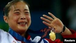 25일 인천 아시안게임 여자 평균대에서 우승한 김은향 선수가 시상식에서 기쁨의 눈물을 흘리고 있다.