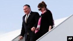 Menlu AS Mike Pompeo (kiri) didampingi istrinya, Susan Pompeo, tiba di Prague, Republik Ceko, 11 Agustus 2020.