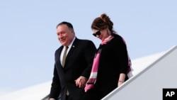 Državni sekretar SAD Mike Pompeo sa suprugom Susan izlazi iz aviona u Pragu, Češka Republika, na početku svoje evropske ture, 11. avgusta 2020.