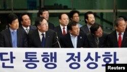 Các thành viên Hiệp hội các Cộng ty thuộc Khu Công nghiệp Kaesong dự một cuộc họp báo ở Paju, Seoul, 4/4/13