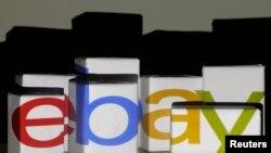 Sebuah logo eBay diproyesikan ke kotak-kotak berwarna putih dalam gambar ilustrasi yang dimabil di Warsawa tanggal 21 Januai 2014.