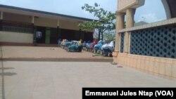 Les jeunes filles en prière dans l'enceinte de l'école franco-arabe de la Briqueterie, un quartier populaire, foyer du mariage précoce à Yaoundé, Cameroun, 6 mars 2017. (VOA/ Emmanuel Jules Ntap)