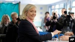 Milli Cəbhə partiyasının lideri Marine Le Pen seçkilərdə səs verir. Henin-Beaumont, şimali Francsa. 22 mart, 2015.