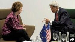 El secretario de Estado, John Kerry, con la jefa de la diplomacia europea, Catherine Ashton, en Vilnius, Lituania.