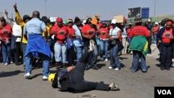 Sejumlah pegawai pemerintah (PNS) Afsel di Johannesburg ikut melakukan mogok kerja hari ini, 18 Agustus 2010.