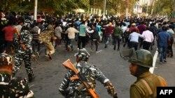 Para petugas keamanan menggunakan pentungan untuk membubarkan aksi protes mahasiswa menentang Undang-Undang Amendemen Kewarganegaraan (CAB), di Guwahati, 11 Desember 2019.