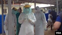 17일 서아프리카 시에라리온의 프리타운 동부 워터루에서 쿠바에서 파견온 에볼라 지원 의료팀이 훈련을 받고 있다.
