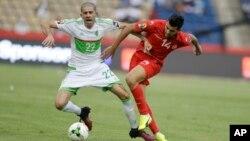 L'Algérien Mohamed Meftah, à gauche, joue contre le Tunisien Mohamed Amine Ben Amor, à droite, lors de la CAN 2017 au stade de Franceville, le 19 janvier 2017.