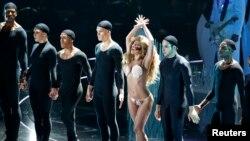 Lady Gaga durante su última presentación en los premios MTV 2013.