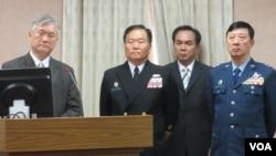 台湾国防部副部长(左一)夏立言在立法院接受质询 (美国之音张永泰拍摄)