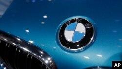 Logo BMW pada mobil seri X6 M di pameran mobil Los Angeles. (Foto: Dok)