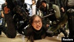 資料照:香港警察在一個商場內逮捕一名參加反政府抗議活動的示威者。 (2019年12月15日)