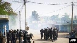 La police déployée lors d'une marche pour exiger la transparence de la campagne présidentielle, à Bamako, le 2 juin 2018.