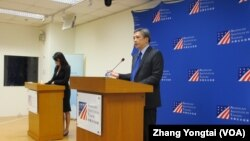 AIT离任处长梅健华星期五(6号)举行记者会(美国之音张永泰拍摄)