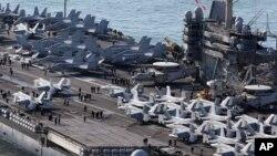 Phi cơ Mỹ đậu trên boong hàng không mẫu hạm USS George Washington