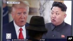 Một người đàn ông xem truyền hình Hàn Quốc chiếu hình ảnh Tổng thống Mỹ Donald Trump và Chủ tịch Bắc Hàn Kim Jong Un hôm 10/8.