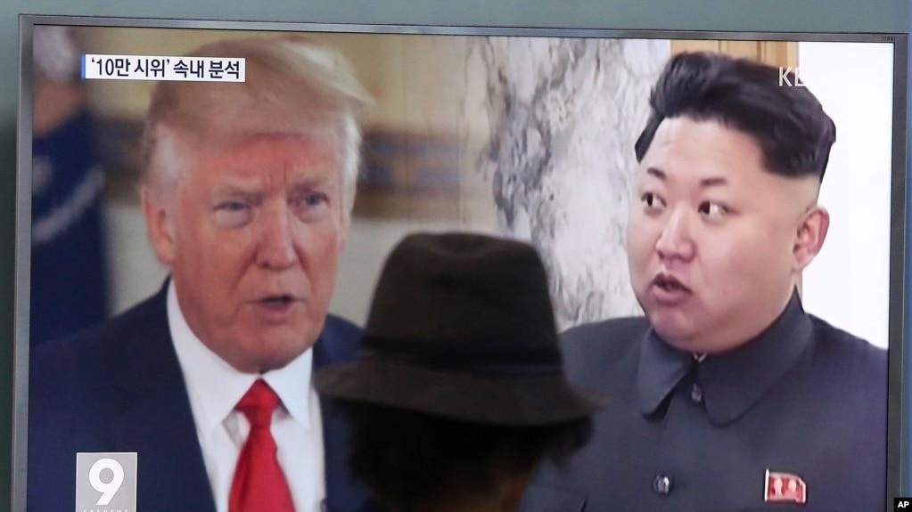 Một người xem tin tức Tivi chiếu ảnh Tổng Thống Mỹ và lãnh tụ Bắc Hàn Kim Jong Un trong chương trình tại một trạm xe lửa ở Seoul, Nam Triều Tiên.