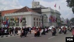 Warga kota Bandung antusias untuk melihat kondisi Gedung Merdeka dari dekat menjelang perayaan KAA ke-60, Senin, 20/4 (VOA/Teja Wulan).
