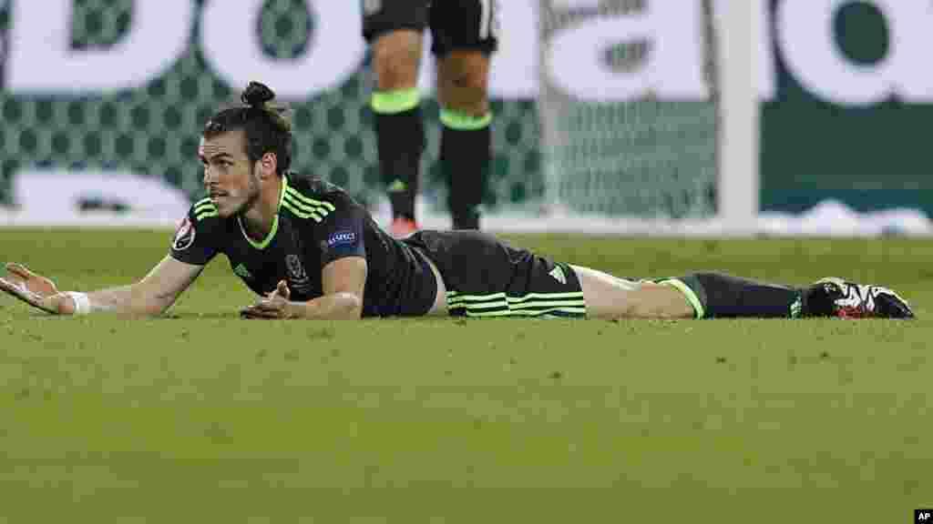 Gareth Bale Pays sur la pelouse pendant la demi-finale entre le Portugal et Pays de Galles, le 6 juillet 2016.