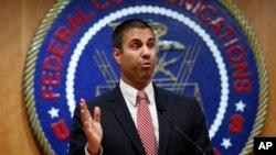 Sau một cuộc họp bãi bỏ quy định về sự trung lập net, Chủ tịch Ủy ban Truyền thông Liên bang (FCC) Ajit Pai trả lời câu hỏi của một phóng viên, ngày 14 tháng 12, 2017, ở Washington.