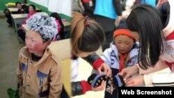 """""""冰花男孩""""王福满。云南山区鲁甸的8岁小学生王福满身穿单薄的衣服攀爬山路走到学校,头发上结满了白白的冰花(微博图片)。这张照片传遍中国,也成为世界各大媒体最抢眼的新闻和图片,使王福满瞬间成为中国、甚至世界名人。"""