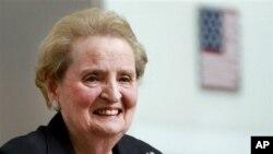 ျမန္မာႏိုင္ငံျပည္၀င္ခြင့္ ပိတ္ပင္ခံထားရတဲ့ လူပုဂၢိဳလ္ ၆ေထာင္ေက်ာ္ထဲက ႏိုင္ငံေတာ္သမၼတရံုးကေန ထုတ္ျပန္လိုက္တဲ့ ႏွစ္ေထာင္ေက်ာ္စာရင္း ထဲမွာ ထူးထူးျခားျခား အေမရိကန္ႏိုင္ငံျခားေရး၀န္ႀကီးေဟာင္း Madeleine Albright ပါ ပါ၀င္ပါတယ္။