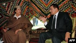 Муаммар Каддафи (слева) и Хосни Мубарак (архивное фото)