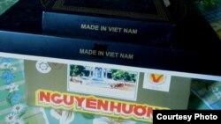 Bánh đậu xanh đặc sản Hải Dương và cà-vạt lụa (ảnh Bùi Văn Phú)