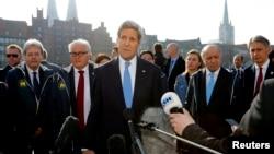 El secretario de Estado, John Kerry (centro), habla en el segundo día de la reunión de ministros de exteriores del G7 en Luebeck, Alemania.