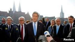존 케리 미국 국무장관이 15일 독일에서 열린 주요 7개국 외무장관회의에서 취재진을 향해 말하고 있다.