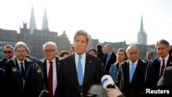 在七国集团外长会议期间,美国国务卿克里向媒体发表谈话。