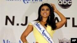 Nina Davuluri adalah perempuan Amerika keturunan India pertama yang memenangkan kontes 'Miss America' (15/9).