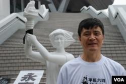 1989年北京學運領袖周鋒鎖到香港參觀第二屆臨時六四紀念館