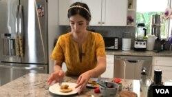 Laureen Arboleda presenta uno de sus platos originales.