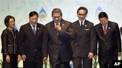 印度尼西亞總統蘇西洛(中)和泰國副外長(左)﹑越南外長(左二)﹑印尼外長(右二)﹑柬埔寨國務卿星期二在巴厘