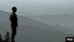 Seorang tentara Pakistan berjaga-jaga di daerah pegunungan Waziristan Utara (foto: dok).