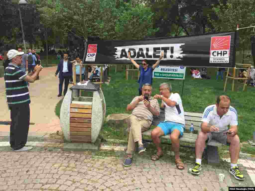 """Kılıçdaroğlu'nun adalet arayışına destek vermek için CHP İstanbul İl Örgütü de Maçka Parkı'nda """"adalet nöbeti"""" başlattı."""
